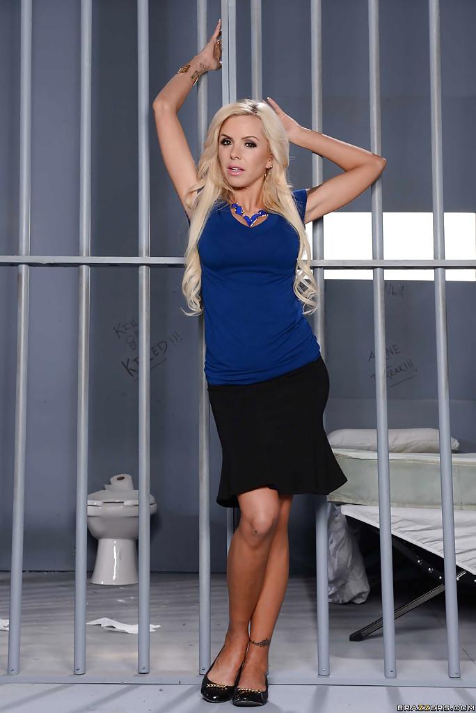 Смотреть фоне тюремной онлайн